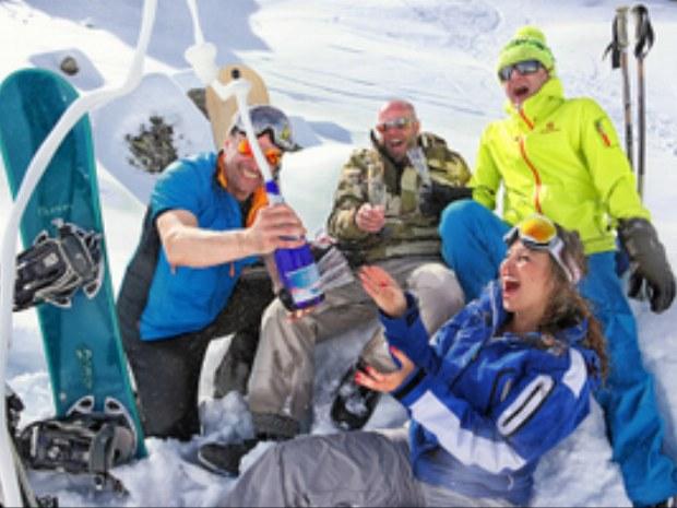 Skifahrer mit Sekt auf der Piste