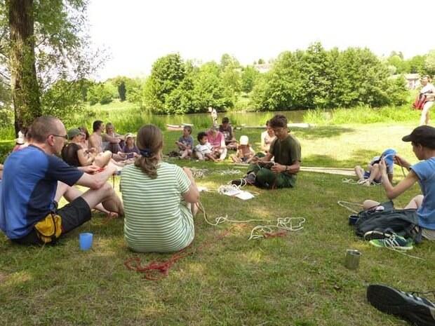 Knotenkunde im Familiencamp Loire. Der Teamer erklärt