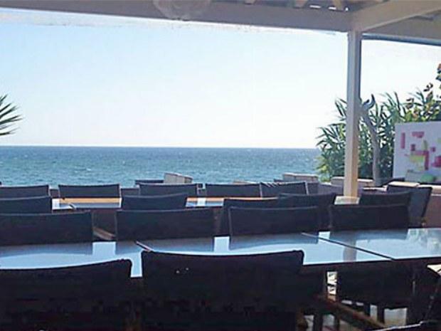 Essbereich auf der Terasse des San Georgio Sportclubs auf der Insel Korfu