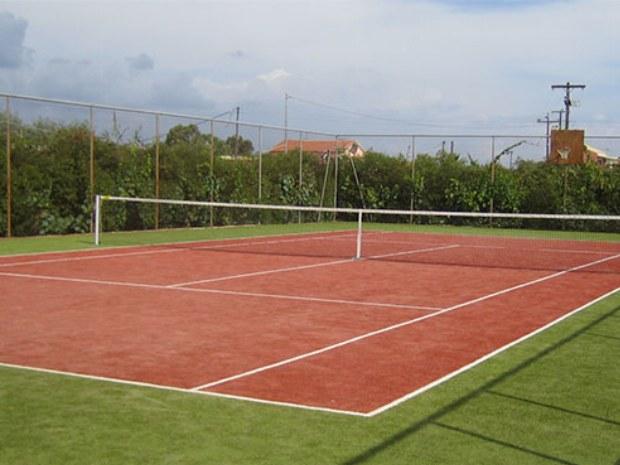 Tennisplatz des Sportclubs San Georgio auf der Insel Korfu im Sommer
