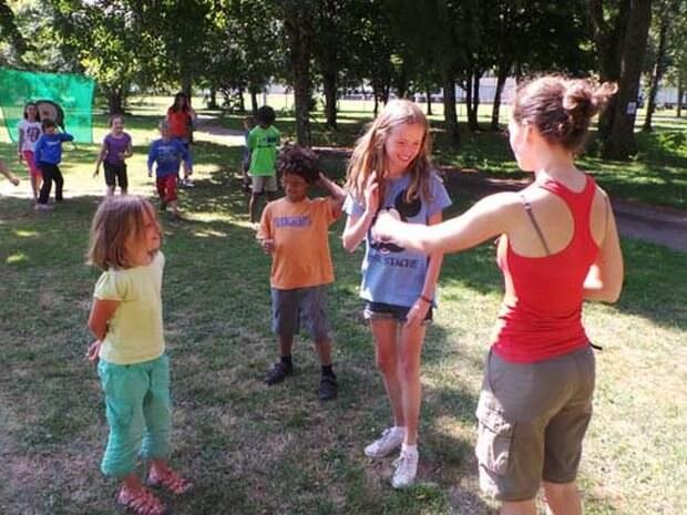 Kinder spielen ein Spiel im Familiencamp Loire