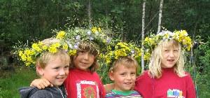 Kinder mich selbstgemachten Blumenkränzen in dern Haaren