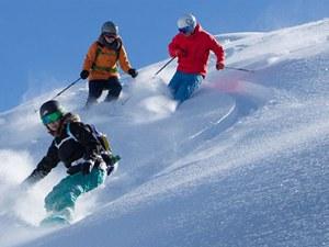 Ski- und Snowboardgruppe im Tiefschnee in Champéry in der Schweiz