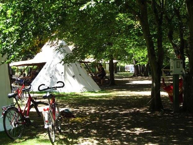 Schattiger Campingplatz vom Familiencamp Loire
