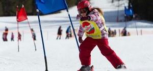 Kind beim Skirennen während des Kinderskikurses im Skigebiet Mallnitz