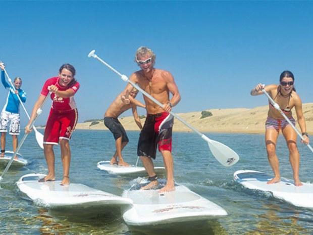 Stand Up Paddler an der Küste Korfus im Inselurlaub in Greichenland