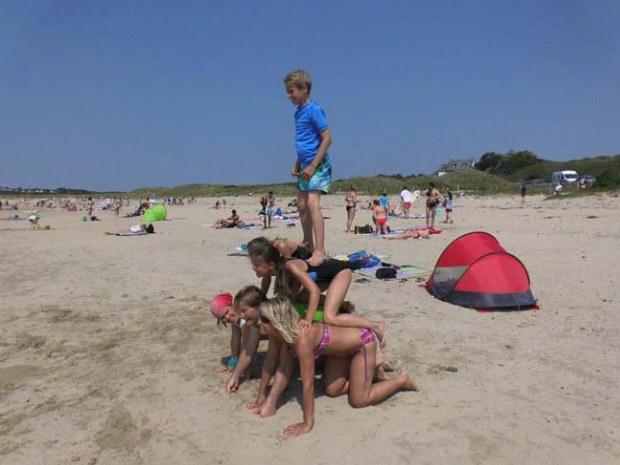 Kinder in der Kinderbetreuung. Pyramide am Strand