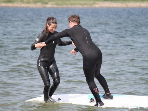Spielerisches Kämpfen auf dem Surfboard
