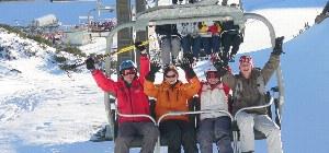 Ski- und Snowbardfahrer im Skilift im Skigebiet Lungau