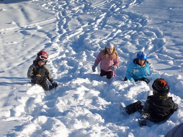 Kinder spielen im Schnee im Skigebiet Gerlos