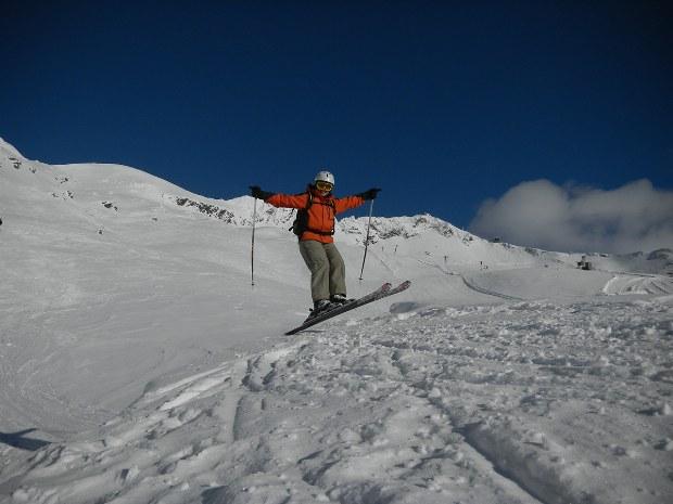 Skifahrer springt im Tiefschnee im Skigebiet Bad Hofgastein