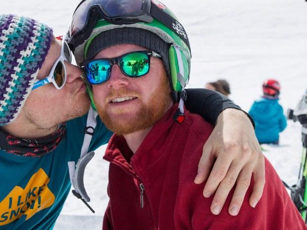zwei männliche Skifahrer haben Spaß auf der Hütte
