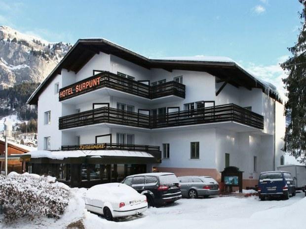 Hotelfront des Sportclubs Hotel Surpunt im Skiurlaub in Flims-Laax in der Schweiz