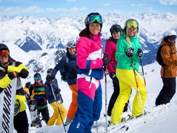 Skifahrer und Snowboarder auf der Piste