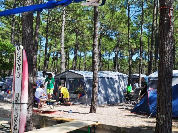 Blick auf die Gästezelte aus dem Gemeinschaftsbereich des Surfcamp Carcans Plage
