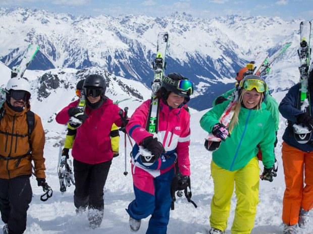 Skifahrer wandern den Berg hinauf