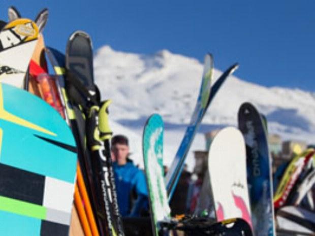 Snowboarder und skimaterial zum ausleihen