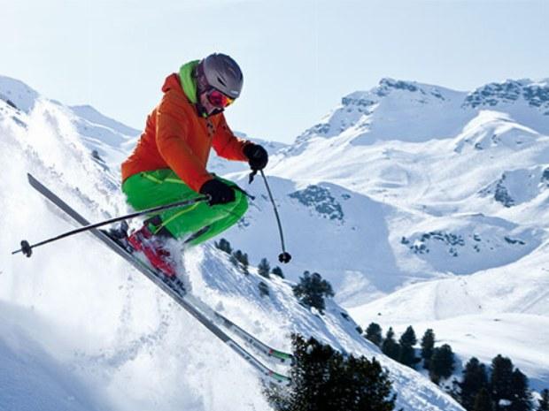 Skifahrer springt in Tiefschnee im Skiurlaub in Le Bettaix in Frankreich