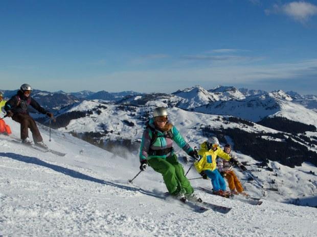 Skifahrer, die eine Piste hinunterfahren