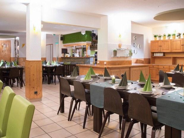 Der große und geschmackvoll eingerichtete Speisesaal