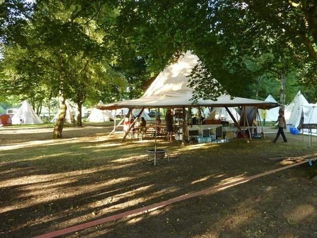 Der Gemeinschaftsbereich im Familiencamp Loire. Ein übergroßes Tipi