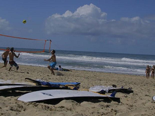 Teilnehmer beim Beachvolleyball direkt am Meer.