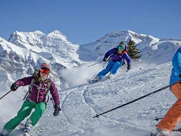 Skifahrer auf der Piste im Skigebiet Champéry in der Schweiz