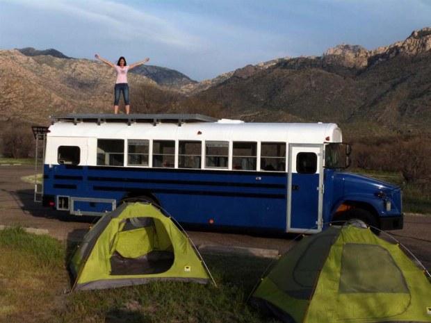 Zelte und alter Schulbus