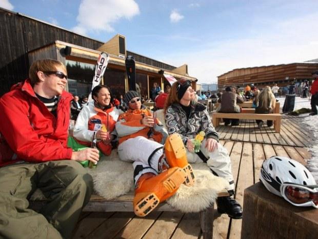 Skifahrer machen Pause auf einer Skihütte in Flims-Laax im Skiurlaub in der Schweiz