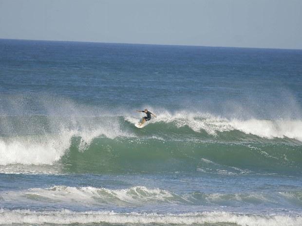Einzelner Surfer in großen Wellen des Atlantiks im Surfcamp Carcans Plage