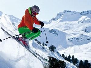 Skifahrer springt im Teifschnee im Skigebiet Le Bettaix in Frankreich