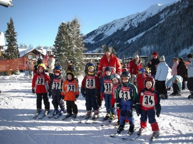 Kinderskikursgruppe auf Ski in Kitzbühel