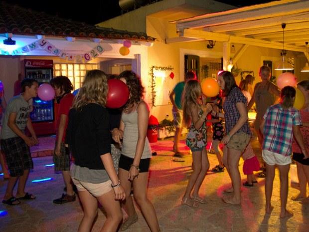 Teenager beim Tanzen im Sommerurlaub