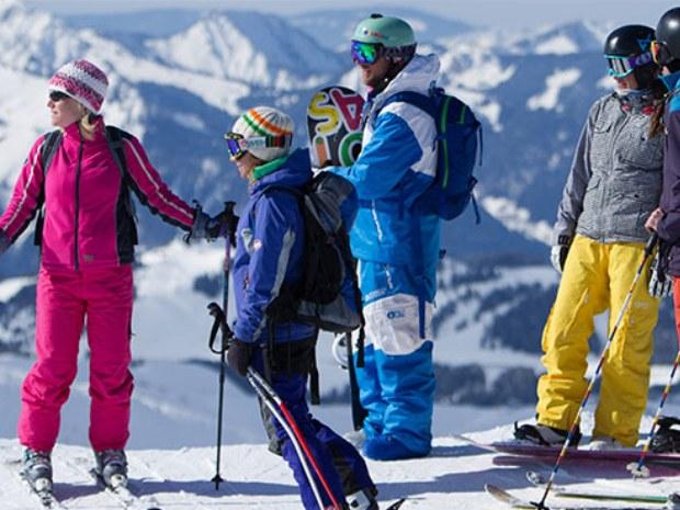 Ski- und Snowboardgruppe auf dem Gipfel im Skigebiet Champéry