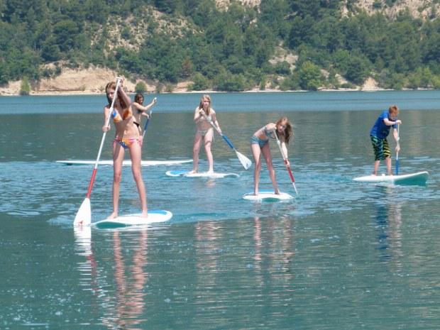 Juegenliche Mädchen beim Stand up paddling auf dem Lac de Ste. Croix