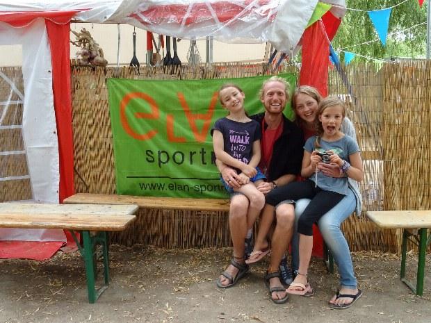Familie im Gemeinschaftsbereich des Abenteuercamps