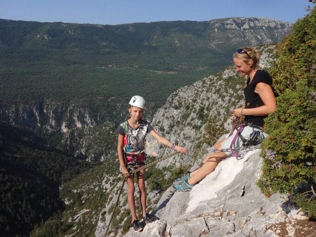 Kletterlehrerin mit Kind beim Klettern