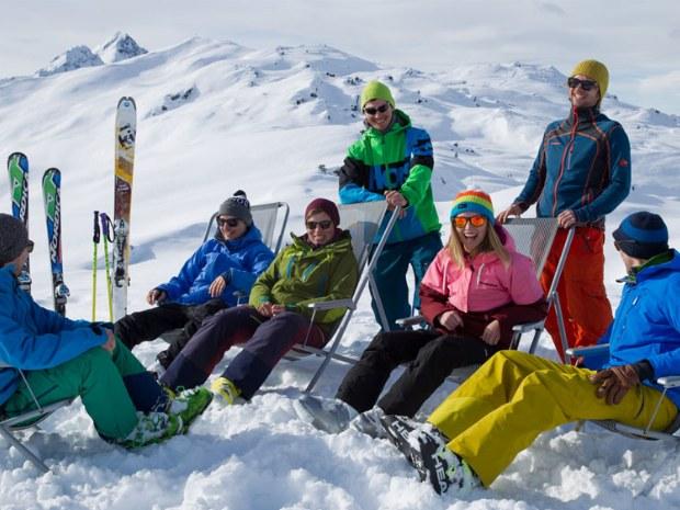 Skigruppe chillt auf der Piste