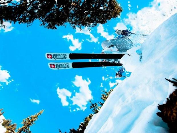 Blick von unten auf einen Skisprung
