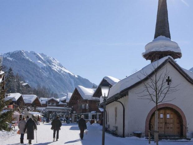 Der Ort Gstaad mit seinem alpinen Charme