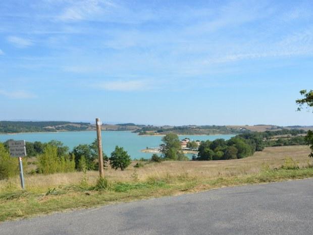 Blick auf den Lac de la Ganguise von einem leicht erhöhten Standort