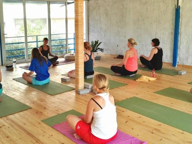 enspannende Yogastunde im Sportclub