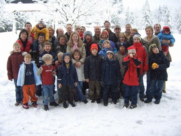 Reisegruppe im Skiurlaub mit Kindern, Jugendlichen und Erwachsenen