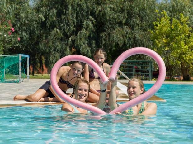 Jugendliche im Pool