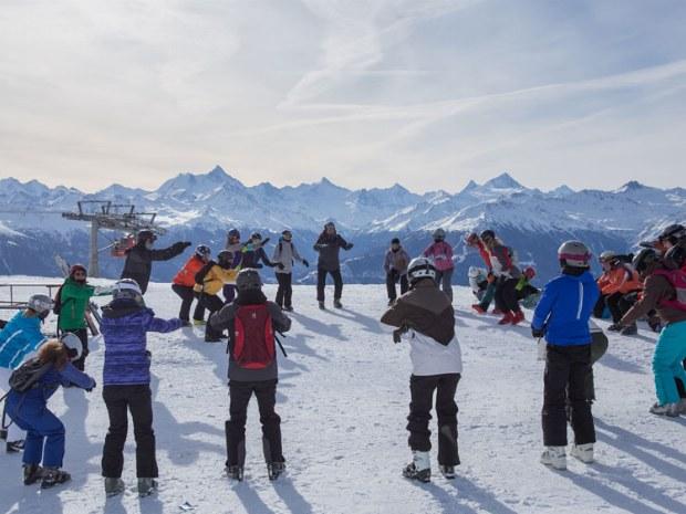 Gruppe macht Vorübungen zum Skifahren