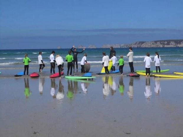 Surfkurs in der Bretagne. Surflehrer gibt letzt Anweisungen bevor es in die Wellen geht.