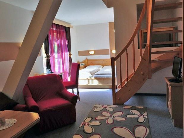Zimmer KAT A mit Sesseln und Doppelbett