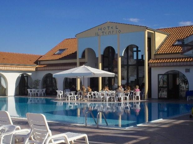 Blick auf den Außenbereich des Sporthotels il Tempio in Süditalien