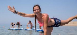 Übungen auf dem Brett im Meer von Korfu