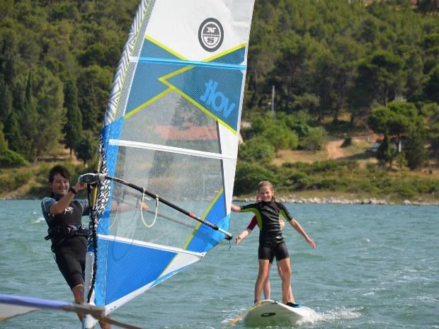 Kinder surfen an der Küste Kroatiens im Famliencamp